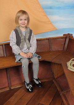 Motiv Kindergarten - Segelschiff Pose - Ganzkörperaufnahme vor beigem Segel