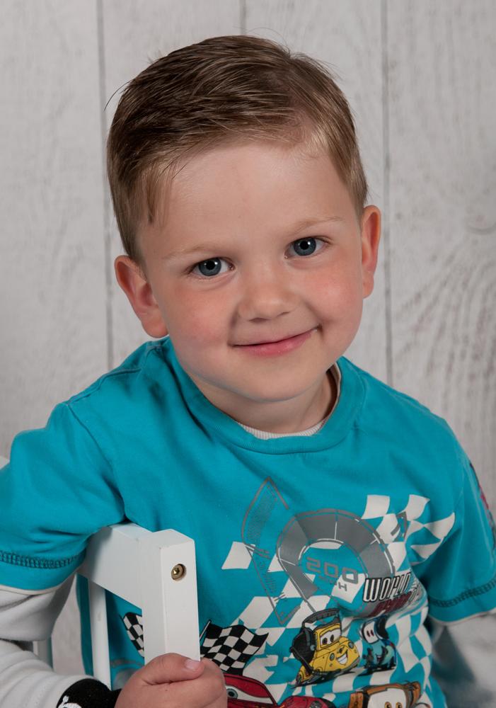 Motive Kindergärten - Bretterwand - Portraitaufnahme vor weißer Bretterwand