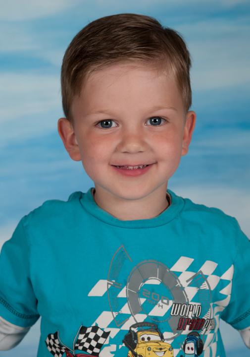 Motive Kindergärten - Schaukel - Portraitaufnahme vor blauem Hintergrund