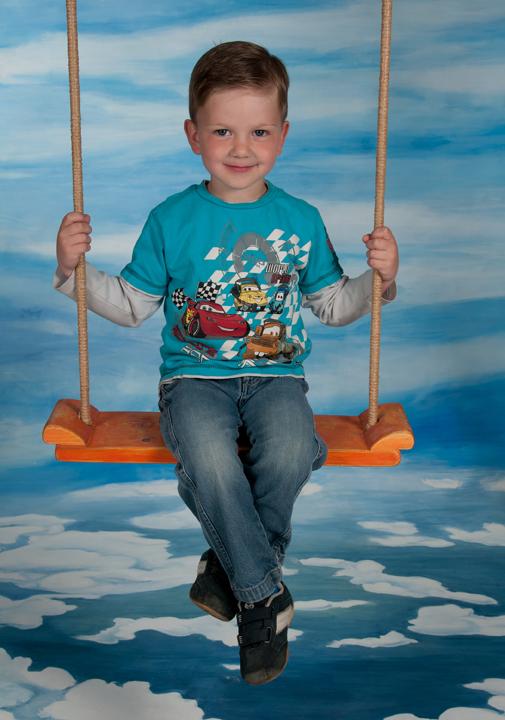 Motiv Kindergarten - Schaukel Pose - Ganzkörperaufnahme auf Schaukel