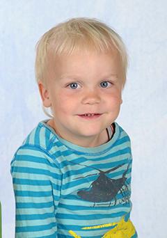 Motiv Kinderzeichnung Portrait - Portraitaufnahme vor blauem Hintergrund