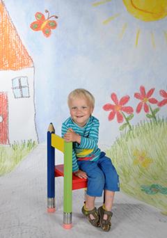 Motiv Kinderzeichnung Pose - Ganzkörperaufnahme vor Kinderzeichnung