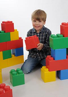 Motiv Lego Pose - Ganzkörperaufnahme mit Legosteinen vor weißem Hintergrund