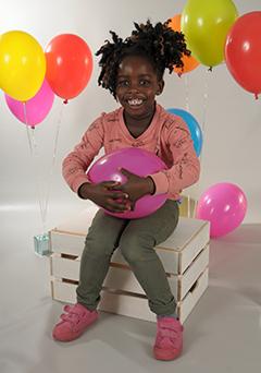 Motiv Luftballons Pose - Ganzkörperaufnahme vor grauem Hintergrund mit Luftballons