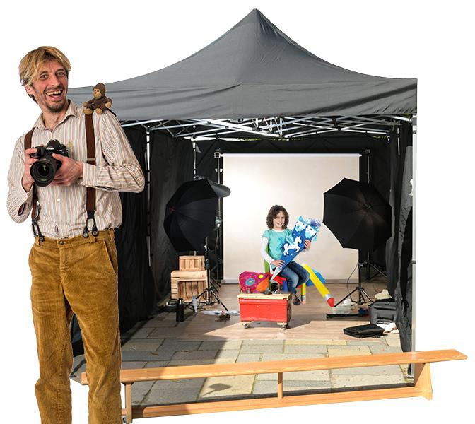 Schulfotograf vor Fotozelt
